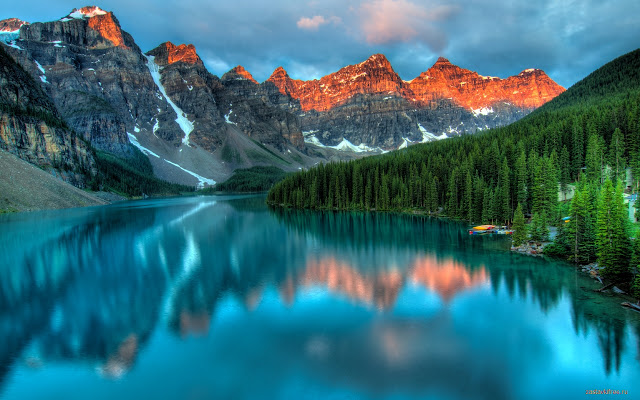 Paisaje precioso de un lago con montañas al fondo